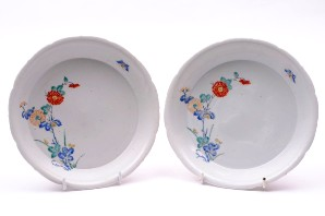 a pair of japanese kakiemon dishes, late 17th century