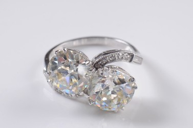 a platinum and diamond two stone cross over ring (fs18/294)