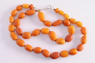 a graduated amber beaded single string necklace (fs18/195)